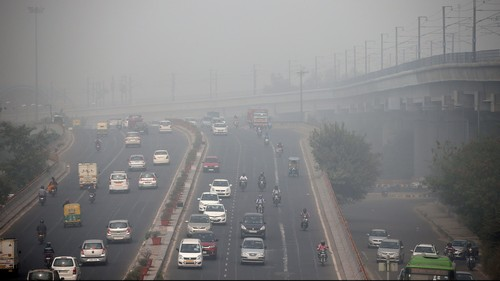 Traffic drives through smog in Delhi, India November 7, 2016. REUTERS/Cathal McNaughton - D1BEULLHZPAC