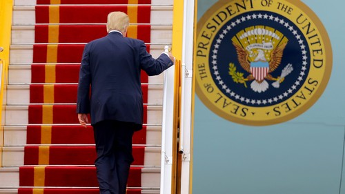 US President Donald J. Trump boards Air Force One before departing from Noi Bai international airport, in Hanoi, Vietnam 12 November 2017. REUTERS/Minh Hoang/Pool - RC154A7DDF90