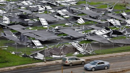 Cars drive past a destroyed solar farm on the grounds of the U.S. Federal Courthouse in the aftermath of Hurricane Maria in Christiansted, St. Croix, U.S. Virgin Islands September 27, 2017. REUTERS/Jonathan Drake - RC1BAF6A1D50